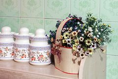 Fiori nella cucina Decorazione domestica immagini stock libere da diritti