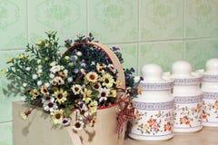 Fiori nella cucina Decorazione domestica immagini stock
