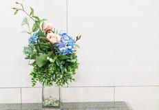 fiori nella decorazione della casa del vaso Immagini Stock
