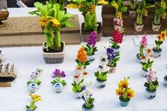 Fiori orchidea e palma dei ricordi dell'argilla del polimero fotografia stock libera da diritti