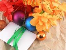 Fiori, palle di natale e carta bianca dell'invito, decorazioni di natale Fotografie Stock