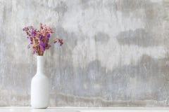 Fiori porpora dell'orchidea in vaso bianco fotografia stock libera da diritti