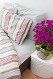Fiori porpora luminosi che decorano una camera da letto fotografie stock