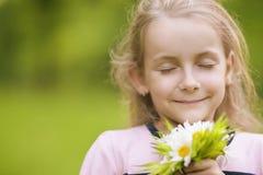 Fiori respiranti della bambina adorabile fotografia stock libera da diritti