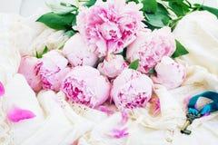 Fiori rosa della peonia con la chiave Fotografia Stock Libera da Diritti
