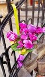 Fiori rosa di ciclamino sulle scale di un'inferriata fotografia stock