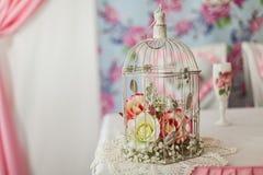 Fiori rosa in una gabbia bianca decorativa immagine stock libera da diritti
