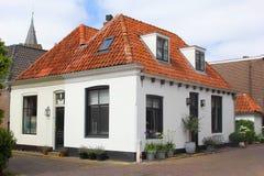 Fiori rossi delle piante del tetto della casa bianca della villa, Paesi Bassi fotografia stock