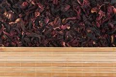 Fiori secchi della stuoia del bambù e dell'ibisco fotografia stock libera da diritti