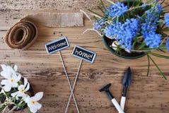 Fiori, segni, casa benvenuta del testo Fotografia Stock