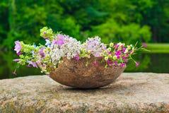 Fiori selvaggi di estate in un grande vaso di legno, idea della decorazione Immagine Stock Libera da Diritti
