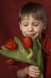 Fiori sententi l'odore del ragazzo Fotografia Stock Libera da Diritti