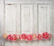 Fiori su un portello rivestito dell'annata Fotografie Stock