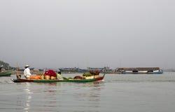Fiori su una barca fotografie stock