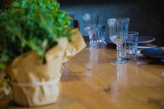 Fiori su una tavola di banchetto con i piatti vuoti Immagini Stock Libere da Diritti