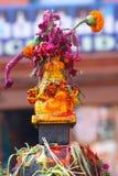 Fiori sugli stupaFlowers buddisti sullo stupa buddista nel Nepal Fotografia Stock Libera da Diritti