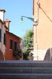 Fiori sui balconi delle case a Venezia Immagine Stock Libera da Diritti