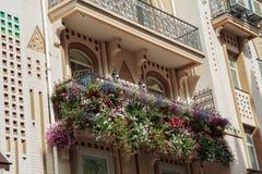Fiori sul balcone di una casa di lusso in uno stile classico immagine stock