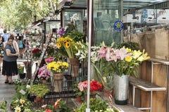 Fiori sul boulevard di Rambla Vende sempre molti fiori qui Immagini Stock