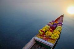 Fiori sulla barca, spazio sinistro per testo immagini stock