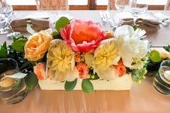 Fiori sulla tavola della sposa e dello sposo Immagine Stock Libera da Diritti