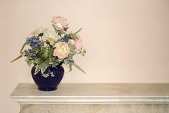 Fiori in un vaso blu Fotografia Stock