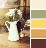 Fiori in un vaso campioni della tavolozza di colore immagine stock libera da diritti