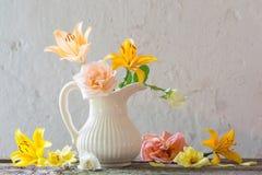 Fiori in vaso su vecchio fondo bianco Immagine Stock Libera da Diritti