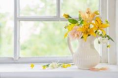 Fiori in vaso sul davanzale Fotografie Stock