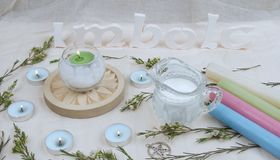 Fiori verdi, candele dell'altare per il sabato di Imbolc Fotografia Stock Libera da Diritti