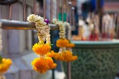 Fiori vicino ad un tempio buddista Immagine Stock Libera da Diritti