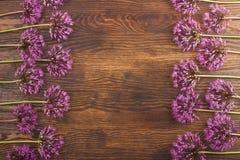Fiori viola e una scatola sul bordo di legno Fotografia Stock