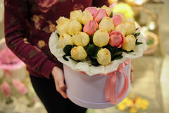 Fiorisca il contenitore di regalo con le rose bianche e rosa Fotografie Stock Libere da Diritti