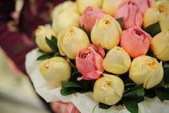 Fiorisca il contenitore di regalo con le rose bianche e rosa Fotografia Stock