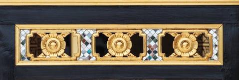 Fiorisca il legno che scolpisce lo stile tailandese tradizionale nel colore dell'oro Fotografie Stock Libere da Diritti