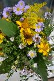 Fiorisca il mazzo di bei wildflowers ucraini selvatici fatti con un'anima dalla zona della steppa dell'Ucraina fotografia stock