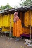 Fiorisca l'uomo al mercato del fiore, Calcutta, India Fotografia Stock
