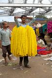 Fiorisca l'uomo al mercato del fiore, Calcutta, India Fotografie Stock Libere da Diritti