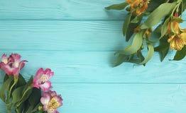 Fiorisca la bellezza decorativa su un fondo di legno, struttura di disposizione della natura di alstroemeria del mazzo Immagini Stock