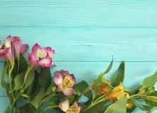 Fiorisca la bellezza decorativa su un fondo di legno, struttura di disposizione della pianta di alstroemeria del mazzo Fotografia Stock