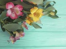 Fiorisca la bellezza di fioritura decorativa su un fondo di legno di colore, struttura di alstroemeria del mazzo Fotografie Stock