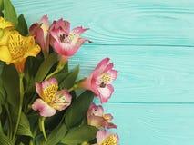 Fiorisca la bellezza di fioritura decorativa su un fondo di legno, struttura di disposizione di alstroemeria del mazzo Immagini Stock