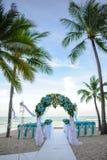 Fiorisca la decorazione dell'altare per nozze sulla spiaggia Fotografie Stock