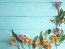 Fiorisca la fioritura decorativa su un fondo di legno di colore, struttura di alstroemeria Immagine Stock