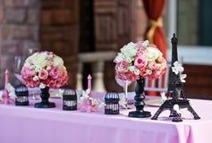 Fiorisca le torri dei mazzi w/Eiffel su una tavola di nozze Fotografie Stock