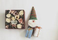 Fiorisca in scatola di presente e bambola di Santa Immagini Stock Libere da Diritti
