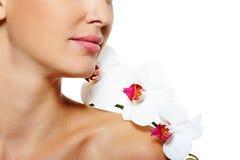 Fiorisca sulla spalla della donna con pelle pulita Fotografia Stock Libera da Diritti
