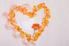Fiorisce il simbolo del cuore della composizione fatto dei fiori secchi Cuore di Rose Petals fotografie stock
