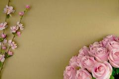 Fiorisce la composizione Pagina fatta dei fiori rosa secchi su carta b immagini stock