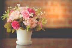Fiorisce la decorazione in un vaso sulla tavola immagini stock